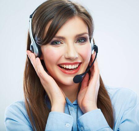 Operador de centro de llamadas de mujer sonriente tocando la cabeza. Retrato de mujer de negocios de cerca. Modelo femenina. Foto de archivo