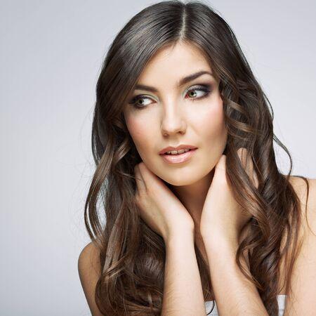 Schönheitsartgesichtsporträt der jungen Frau, die Seite schaut. Weibliches Modellstudio posiert. Standard-Bild
