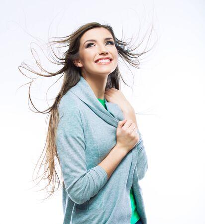 Mujer de estilo casual con cabello en movimiento, retrato aislado.