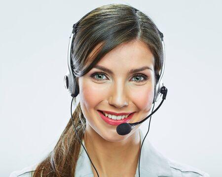 Ritratto del lavoratore del servizio clienti della donna, operatore sorridente della call center con la cuffia avricolare del telefono isolata su fondo bianco Archivio Fotografico