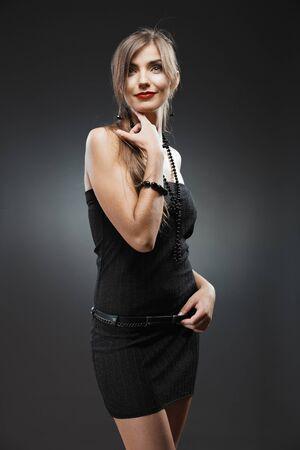 Kobieta moda uroda portret. Czarna suknia wieczorowa. Zdjęcie Seryjne