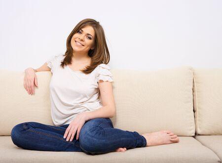 Frau entspannt sich zu Hause