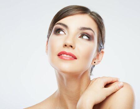 Frauenschönheitsporträt. isoliert auf weiß. Nahaufnahme weibliches Gesicht.
