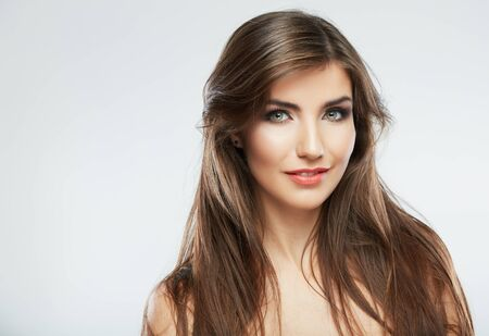 Retrato de moda de estilo de pelo de mujer. aislado. Cerrar el rostro femenino. Pelo largo.