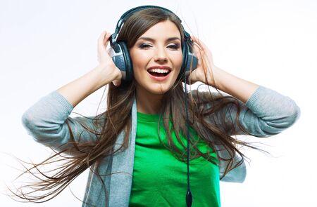 Frau mit Kopfhörern, die Musik hören. Musikjugendliches Mädchen, das gegen isolierten weißen Hintergrund tanzt
