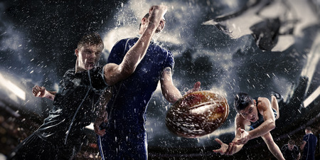 Rugby ball: jugadores de competición de rugby en la lluvia