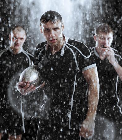 pelota rugby: Retrato del jugador de rugby en la lluvia Foto de archivo