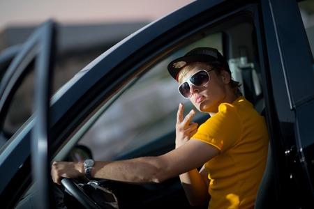 modelos hombres: joven rico adolescente en mal estado cerca de la m�quina costosa