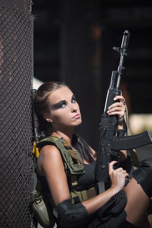 Sexy militaire bewapende meisje met het wapen Stockfoto - 54101228