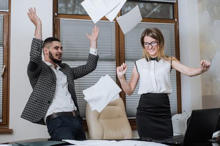 buen trato: empleado de oficina triunfal tuvo éxito en lograr un buen trato. Happy businessmans. Buen trabajo