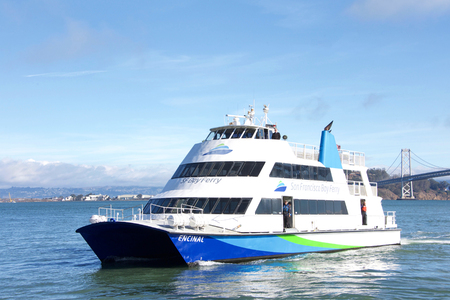 San Francisco, CA - November 24, 2018: The San Francisco Bay Ferry provides passenger service from Oakland and Alameda to the Ferry Building, Pier 41, Angel Island, and Oyster Point in San Francisco. Standard-Bild - 116659367