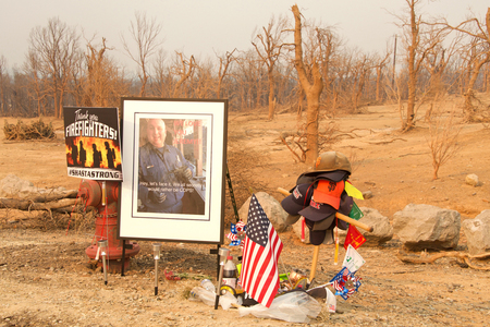 Redding, CA - August 06, 2018: Memorial on the side of the road for 14-year veteran of the Redding Fire Department, Jeremy Stoke who was killed while fighting the Carr Fire. Banque d'images - 116659848