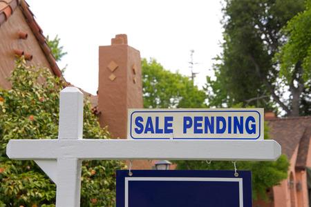 gros plan sur la vente en attente de signe pour la maison. Les acheteurs d'une première maison en Californie ont plus de difficulté à s'offrir une propriété que les acheteurs d'une première maison dans d'autres États. Banque d'images