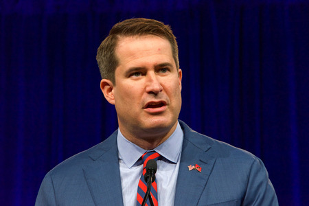 San Francisco, CA - August 23, 2019: Presidential candidate Seth Moulton speaking at the Democratic National Convention summer session, announcing his withdraw from the presidential race. Foto de archivo - 128989865
