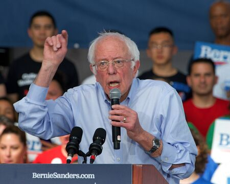 Richmond, CA - Feb 17, 2020: Presidential candidate Bernie Sanders speaking at a rally in Richmond. Asking CA voters to make sure to vote, and for No Party Preference voters register democrat and vote Archivio Fotografico - 140920027