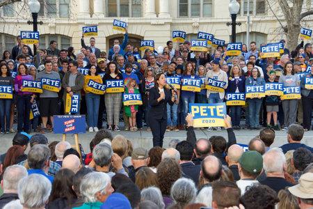 Sacramento, CA - Feb 14, 2020: Lieutenant governor Eleni Kounalakis speaking at the Town Hall with Presidential candidate Pete Buttigieg at Cesar Chavez Plaza in downtown Sacramento. Archivio Fotografico - 140920039