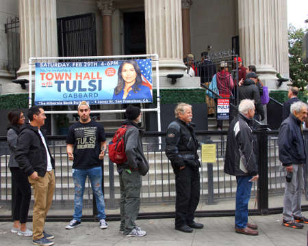 San Francisco, CA - Feb 29, 2020: Unidentified people lined up outside The Hibernia Bank building to hear Presidential candidate Tulsi Gabbard speak at a Town Hall meeting. Archivio Fotografico - 141806021