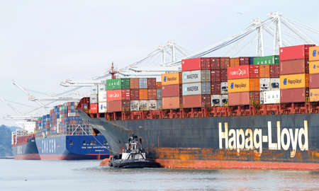 Oakland, CA - Jan 19, 2020: Hapag-Lloyd cargo ship SINGAPORE EXPRESS entering the Port of Oakland. Hapag-Lloyd AG is the world's fifth largest container carrier in terms of vessel capacity. Publikacyjne