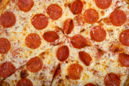 Top view flat lay of one whole sliced pepperoni pizza in the box. Close up. Banque d'images