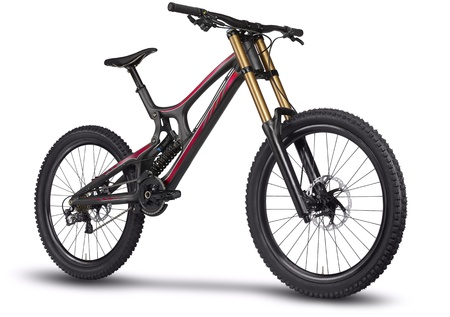mountain bicycle: La bicicletta della montagna � tagliato fuori da un primo piano su uno sfondo bianco
