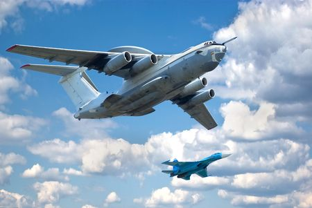 modern fighter: Due piani di volo in formazione contro la pittoresca cielo. A-50 (base di IL-76) e Su-27 (Flanker).