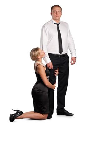 Mujeres j�venes en las rodillas y pidiendo perd�n a su marido. Aislados sobre fondo blanco. Foto de archivo - 9227081