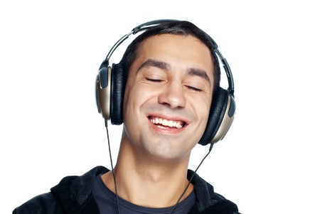 �couter: Jeune homme �coute de la musique. Isol� sur fond blanc.