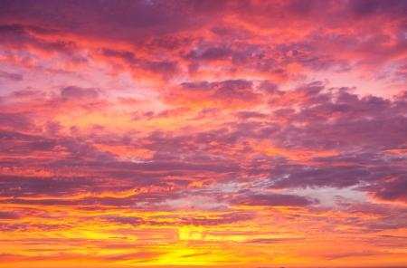 Schöner vibrierender Sonnenuntergang-Himmel Standard-Bild