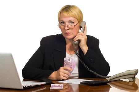 repondre au telephone: D'affaires d'�ge m�r attend la r�ponse au t�l�phone avec de l'argent dans la main isol� sur fond blanc