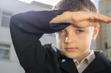 schooler: Poco schooler mise la mano alla visiera sulla fronte