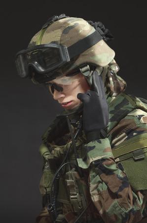 전체 장비 나토 군인. 검정 배경 위에 군사 여자. 스톡 콘텐츠