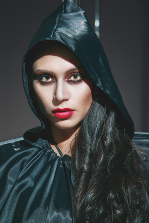 vampira sexy: Mujer cauc�sica joven hermosa sexy vampiro. Retrato de Halloween