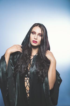 vampira sexy: Mujer cauc�sica joven hermosa como sexy vampiro. Retrato de Halloween