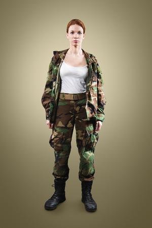 Soldado de la OTAN. Mujer militar sobre fondo de color caqui. Foto de archivo