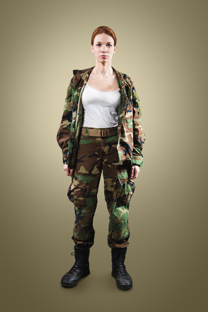mujer con arma: Soldado de la OTAN. Mujer militar sobre fondo de color caqui.