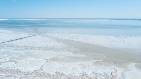 Paisaje inusual. Vista fantástica. Lago Baskunchak, región de Astrakhan, Rusia. Salina. Gran estepa. Vista desde arriba Foto de quadcopter Foto de archivo