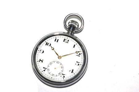 Ancienne montre de poche horloge vintage sur fond blanc