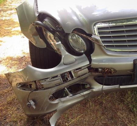 難破の高級車