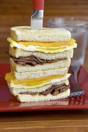 ベーコンと卵とチェダー チーズとサワー種トーストのチーズ