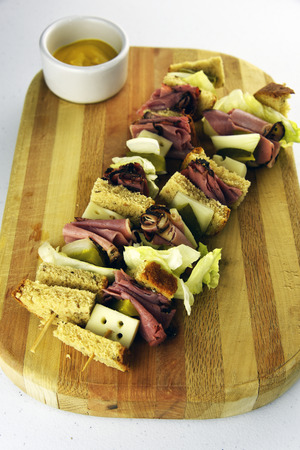 Deli Pastrami Kabob Sandwichwith swiss and vegetables Stockfoto
