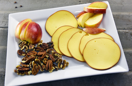 Smoked Gouda cheese with nutritious whole pecans and walnuts Stockfoto