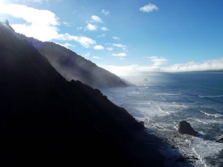 bergen ontmoeten oceaan kust Stockfoto