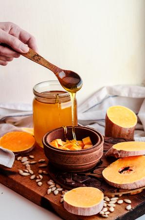tallado en madera: pumpkin in wooden plate with honey