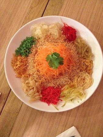 manjar: Los colores brillantes y vibrantes de nuestra tradicional manjar Año Nuevo chino, Yee Sang. Sacudido durante el almuerzo o la cena acompañado de buenos deseos dichas por aquellos lanzando los ingredientes. Foto de archivo