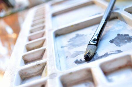 pallette: Paintbrush et de la peinture à la gouache sur pallette d'un artiste