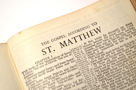 nascita di gesu: Pagina da una vecchia copia della versione di Re Giacomo Bible.Gospel di Matteo caratterizzato. Archivio Fotografico