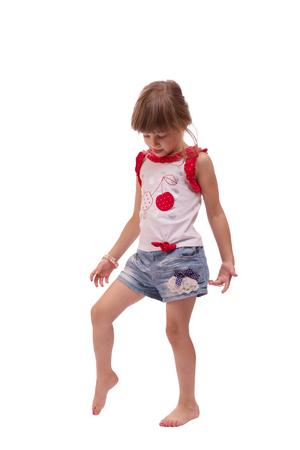 Volledig lengteportret van het gelukkige meisje spelen, geïsoleerd op witte achtergrond Stockfoto - 82525925