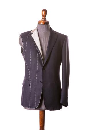 흰색 배경에 노출 된 바느질 isolayed와 마네킹에 슬리브없이 진행 양복에서 작동 스톡 콘텐츠 - 83188581