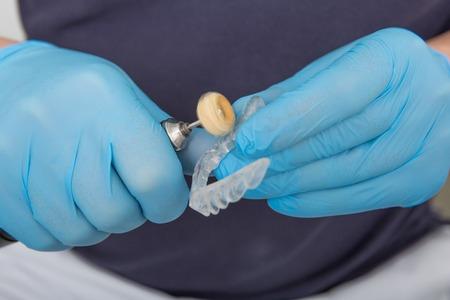 파일 장비와 입 가드를 형성하는 라텍스 장갑으로 덮여 치과 의사 손에 닫습니다. 치과 의사 개념 스톡 콘텐츠 - 93257083