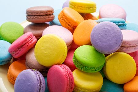 Coloridos macarrones franceses. Macarrones de café, chocolate, vainilla y frambuesa Foto de archivo - 93692102